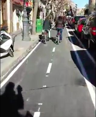 El sol deja ver la sombra de Grezzi en bici mientras graba con su móvil. Foto: Facebook.