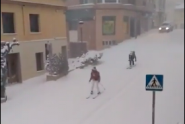 VÍDEO| La nieve convierte las calles en improvisadas pistas de esquí #OlaDeFrío