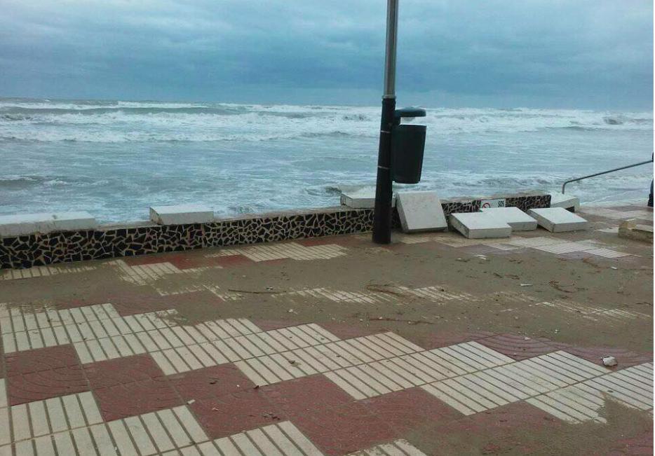 Destrozos del Paseo Marítimo de El Perelló. Foto: Facebook