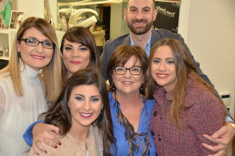 El equipo de Teresa Caballer Estilistas junto a dos componentes de la Corte, clientas de la peluquería. Foto: Artur Part.