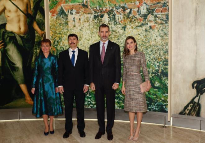 Los Reyes junto a Sus Excelencias János Áder, Presidente de la República de Hungría, y señora Anita Herczegh. Foto: Casa Real.