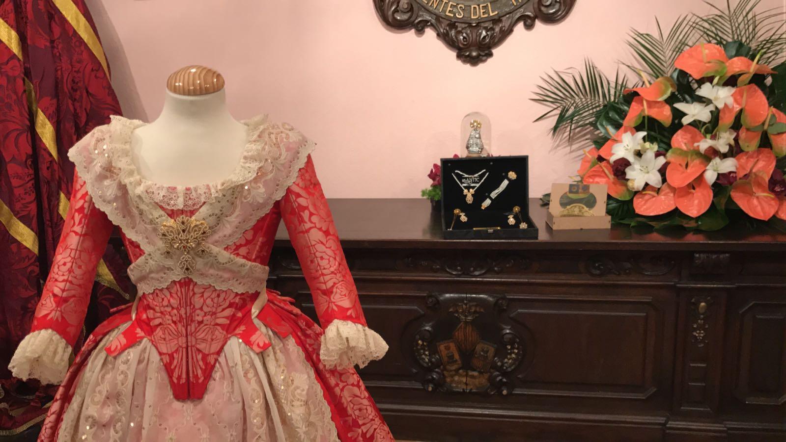 Foto: Detalle del traje regalo y confeccionado por los alumnos del Gremio de Sastres y Modistas de la Comunitat para Clara Mª Parejo. Foto: Artur Part