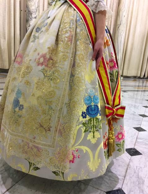 Detalle de las manteletas del traje de Raquel Alario. Foto: Official Press.