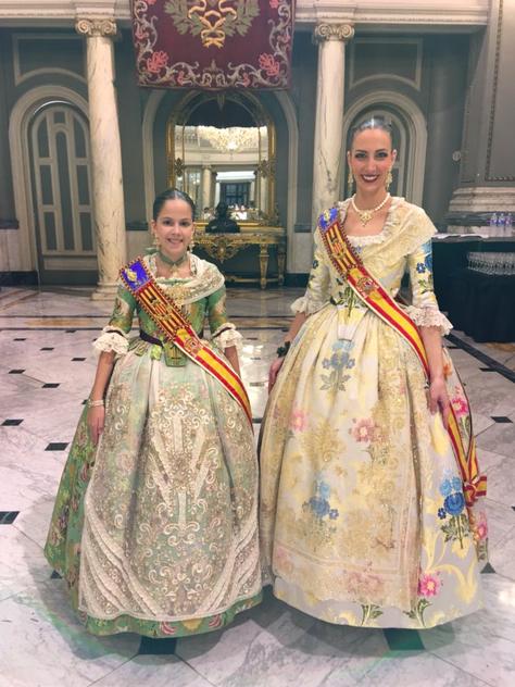 Las Falleras Mayores de Valencia posan con el segundo traje oficial. Foto: Official Press.