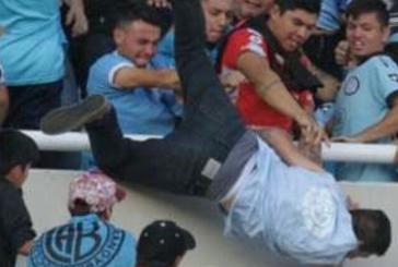 VIDEO| Cuatro detenidos por el lanzamiento de un hincha desde la grada en #Argentina