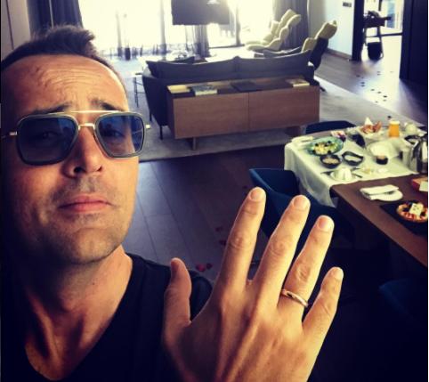 """Risto Mejide luce orgulloso su anillo de boda: """"No hay más que verme la cara de empanao"""""""