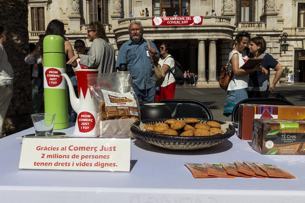 PLANES EN FAMILIA| Fiesta por el comercio justo en la Plaza del Ayuntamiento de València #SOMCOMERÇJUST
