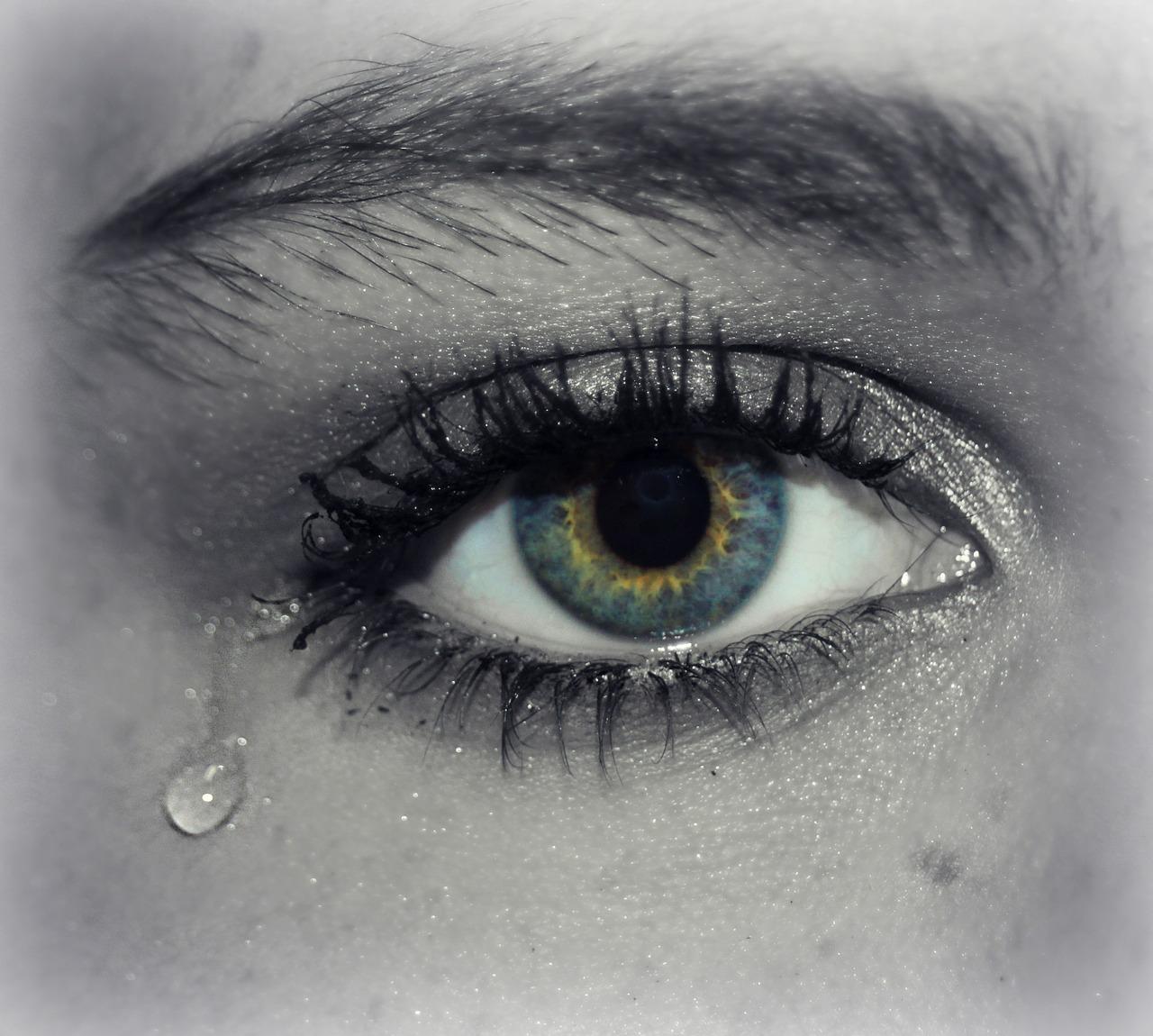 Estos son los efectos secundarios de frotarse los ojos