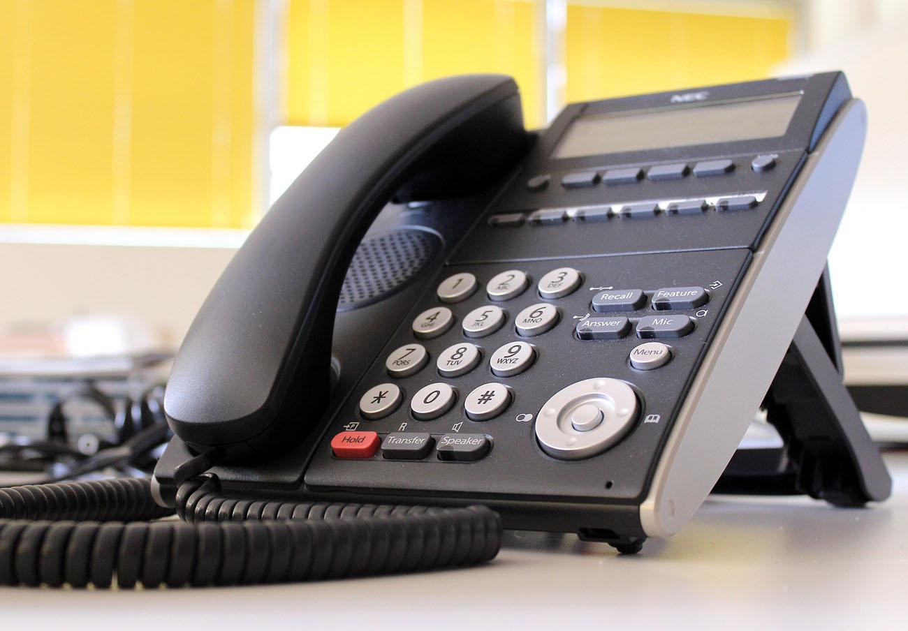 FACUA denuncia a 11 bancos por gestionar su atención al cliente con teléfonos de alto coste