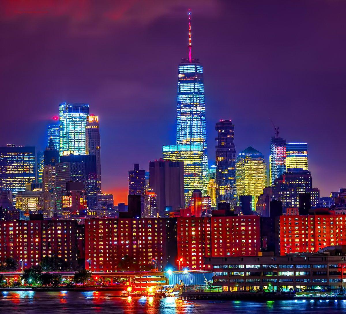 World Trade Center de Nueva York luce los colores de la bandera española en honor a las víctimas de #Barcelona
