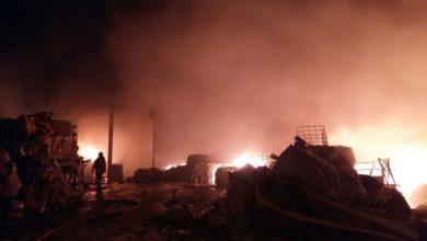 Bomberos trabajan en extinguir un incendio una empresa de reciclaje de plásticos en Benaguasil