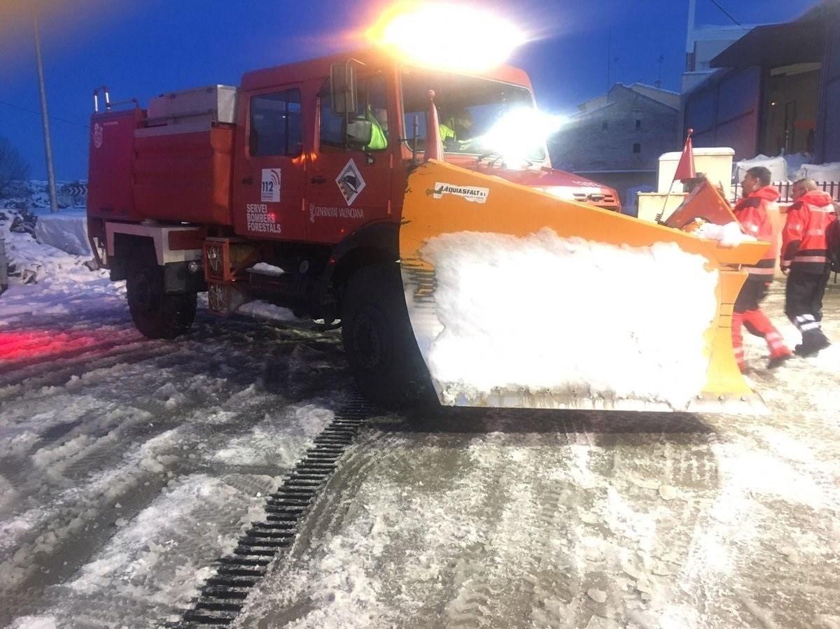 Cinco carreteras sigue cortadas por la nieve en Castellón