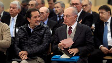 El expresidente de Bankia Rodrigo Rato (derecha) junto al exconsejero de Caja Madrid José Antonio Moral Santín (al lado de Rato a la izquierda de la imagen), durante la primera sesión del juicio por la salida a Bolsa de la entidad en 2011