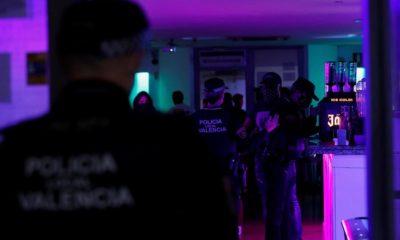 Nueve denunciados por celebrar una fiesta ilegal de madrugada y sin mascarillas en un local de Ruzafa