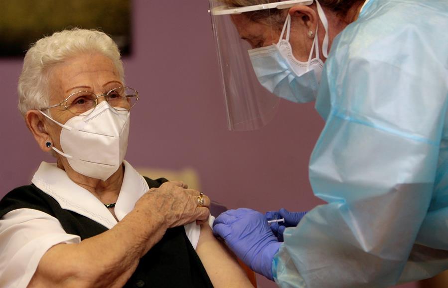 araceli, primera vacunada española