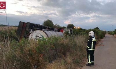 ACCIDENTE AP-7| Vuelca un camión cisterna con 25.000 litros de sosa cáustica