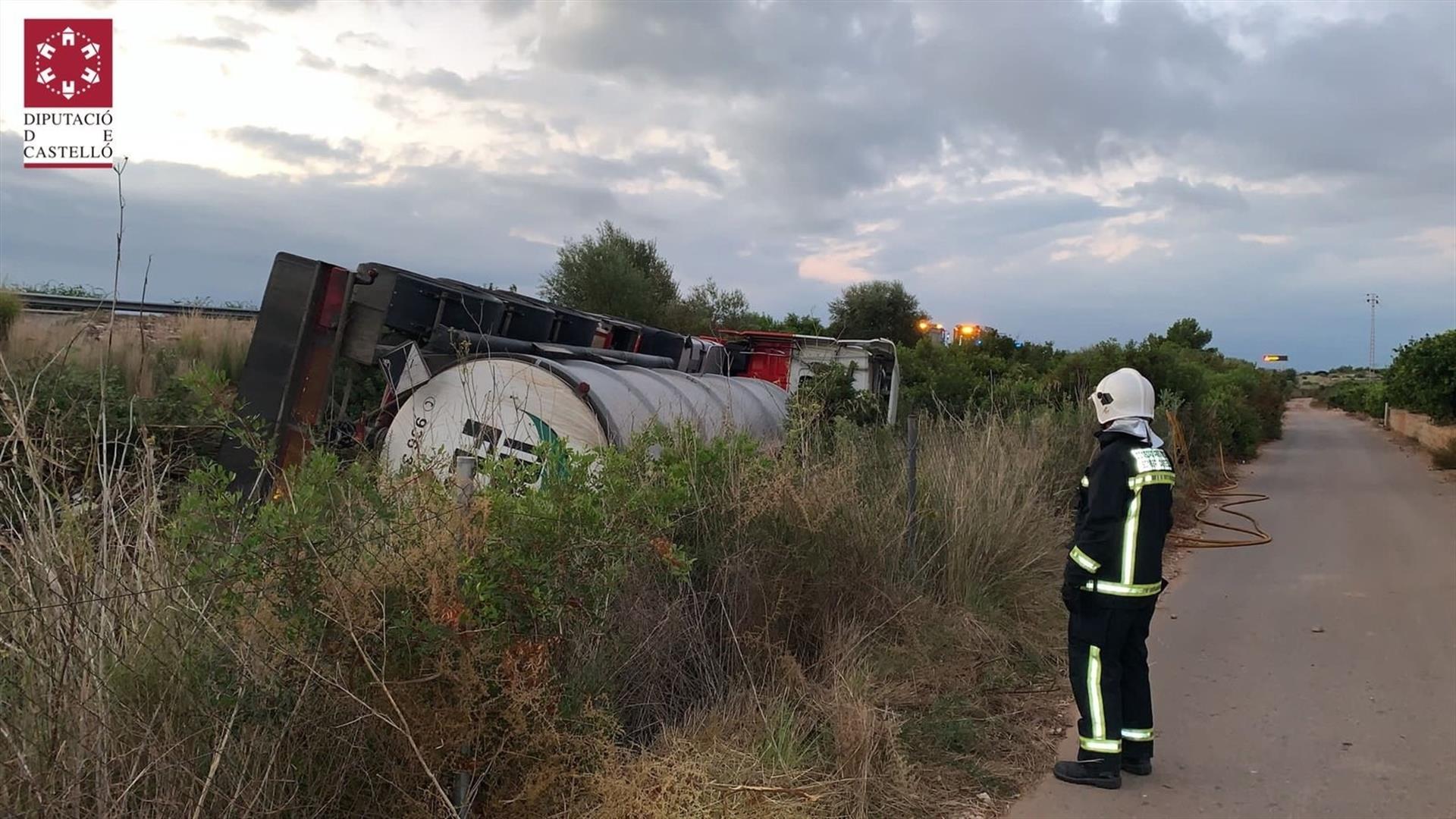 ACCIDENTE AP-7  Vuelca un camión cisterna con 25.000 litros de sosa cáustica