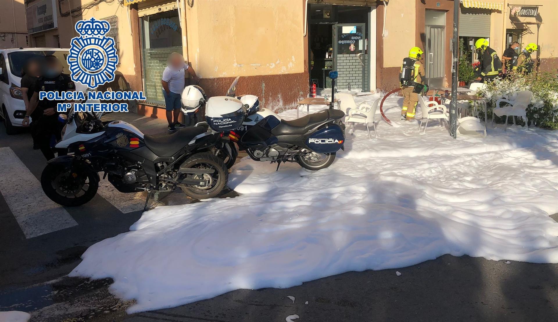 Rocía con gasolina a clientes y mesas de un bar en Alicante y amenaza con incendiar el local